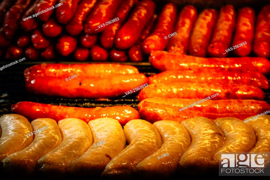 """Imagen: Shilin Night Market, Taipei, Taiwan - Close up of many sausages on the grille, it's a yammy Taiwanese snack named """"""""Small sausage in big sausage""""""""."""