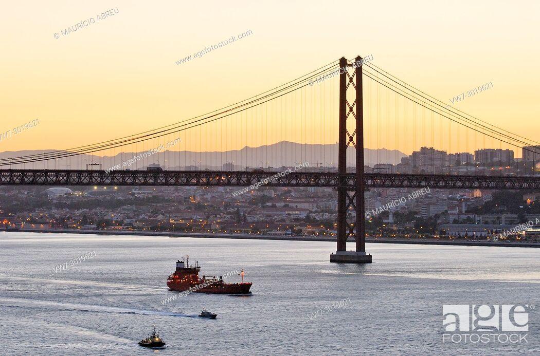 Imagen: 25 de Abril bridge and the Tagus river, Lisbon. Portugal.