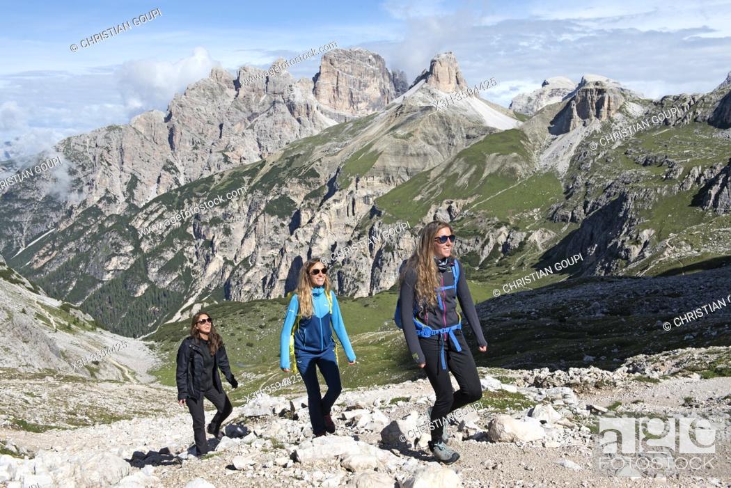Stock Photo: trois randonneuses avec la valle de la Rienza en arriere-plan, Parc naturel des Tre Cime (Drei Zinnen), Dobbiaco, Region du Trentin-Haut-Adige, Tyrol du Sud.
