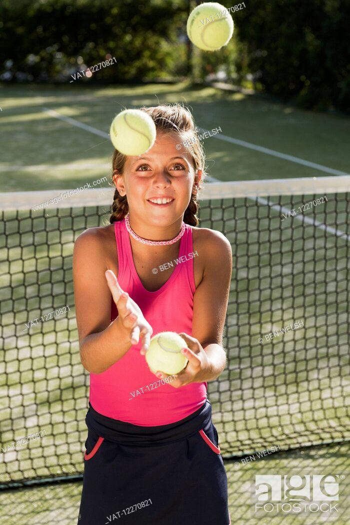 Imagen: A teenage girl on a tennis court juggling tennis balls; Tarifa, Cadiz, Andalusia, Spain.