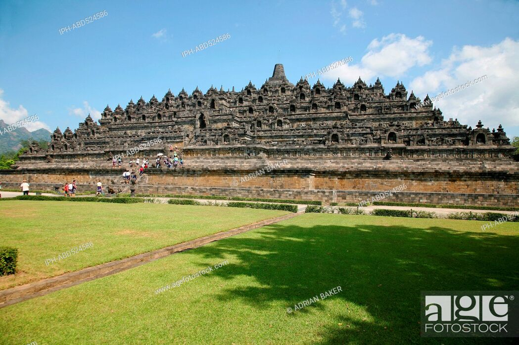 Imagen: Indonesia Central Java Magelang Borobudur temple dates from the 9th century and is situated on a large plain surrounded by volcanoes.