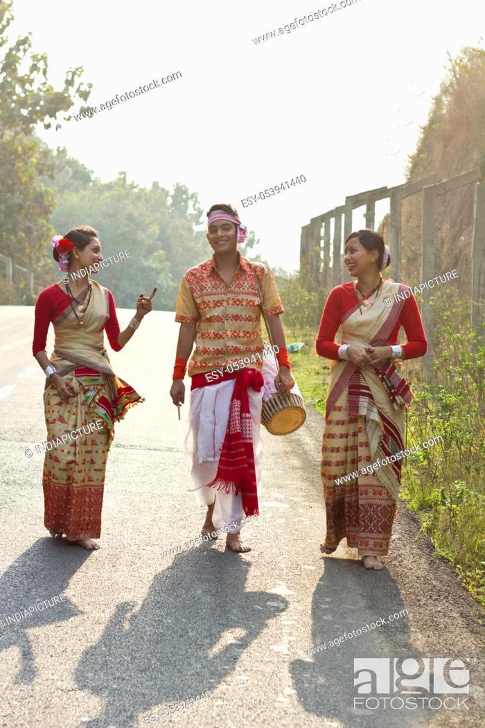 Imagen: Bihu dancers walking together.