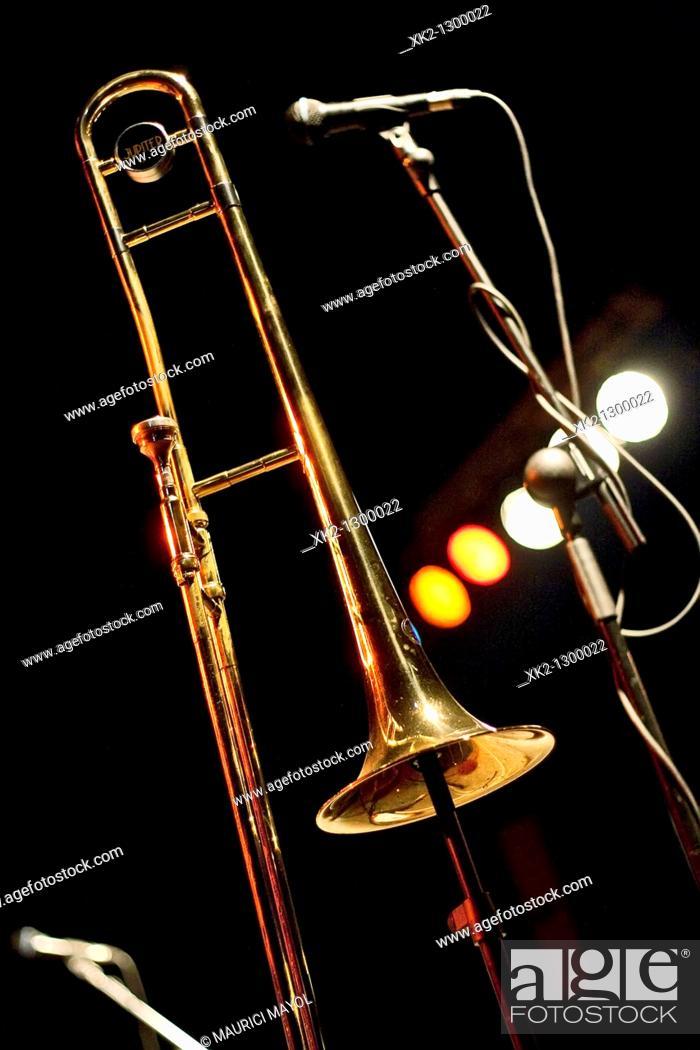 Stock Photo: trombón y microfono antes de empezar el concierto.