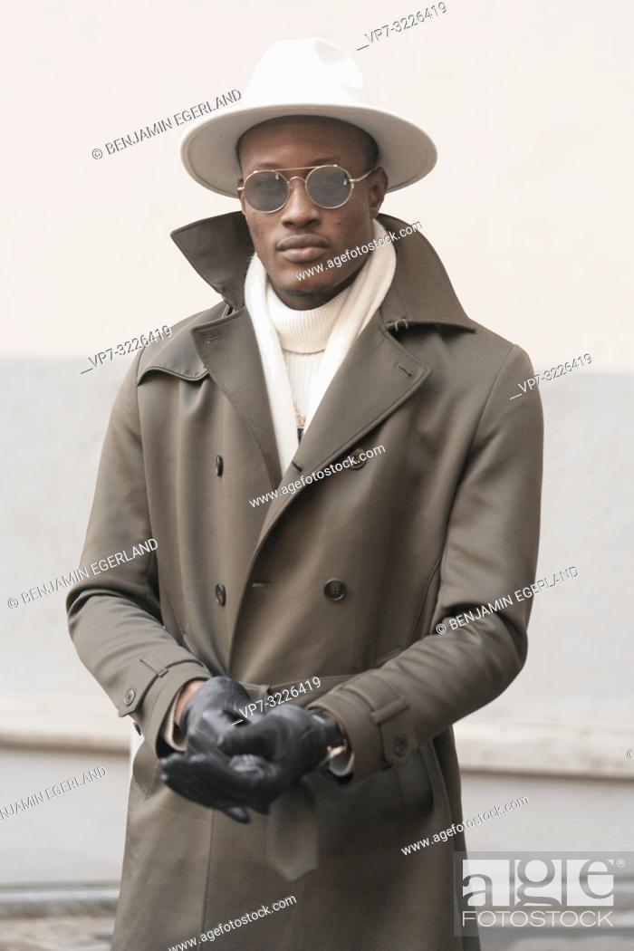 Imagen: stylish man, wearing hat, coat and gloves, winter clothes, men's fashion.