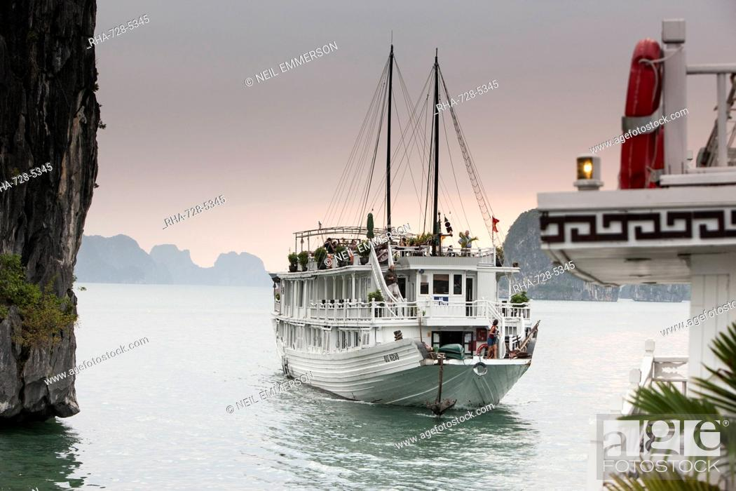 Stock Photo: Cruise boat in Halong Bay, UNESCO World Heritage Site, Vietnam, Indochina, Southeast Asia, Asia.