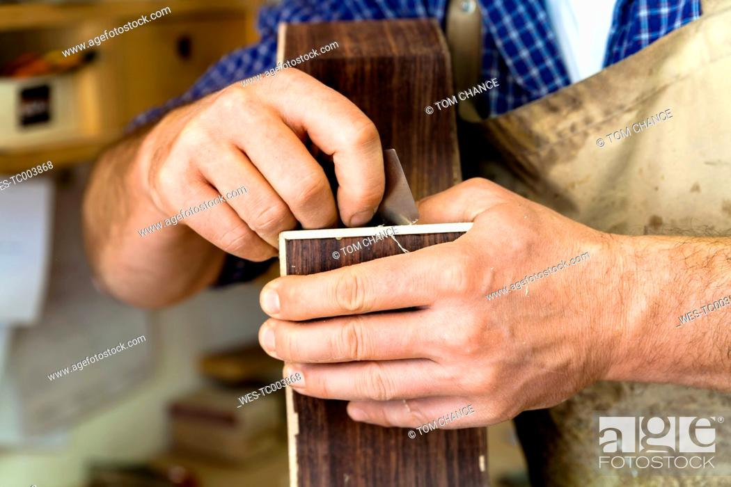 Imagen: Guitar maker in his workshop, close-up.