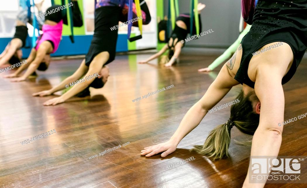 Imagen: Group of women having a class of aerial yoga.