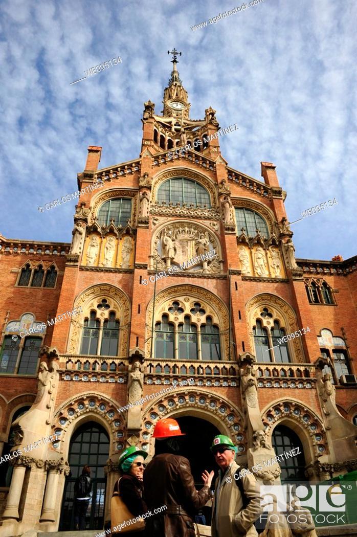 Stock Photo: Arquitectos en la entrada del hospital de Sant Pau, Barcelona, Catalunya, España.