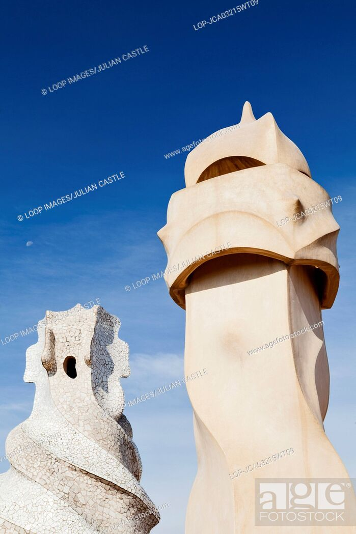 Imagen: Abstract chimney sculptures on the rooftop of La Pedrera house in Barcelona.