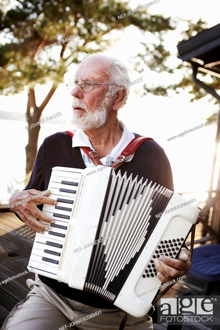 Imagen: Senior man playing accordion.