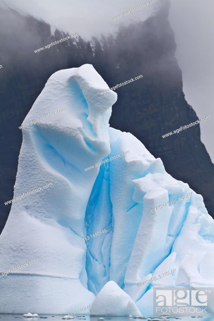 Imagen: Icebergs near the Antarctic Peninsula during the summer months, Antarctica, Southern Ocean.
