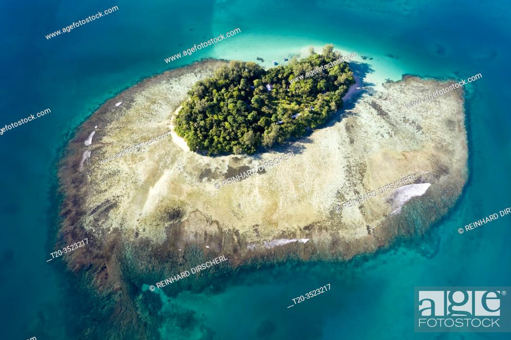 Imagen: Aerial View of Lissenung Island, New Ireland, Papua New Guinea.