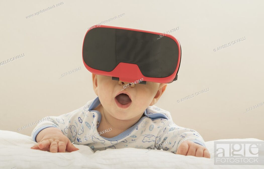 Photo de stock: 4 months old baby wearing googles.