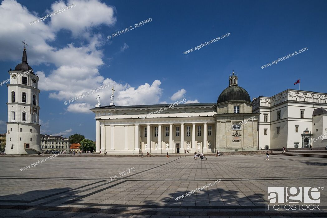 Imagen: Cathedral Square to include, Belfry, Vilnius Cathedral, and the Palace of the Grand Dukes of Lithuania (National Museum).