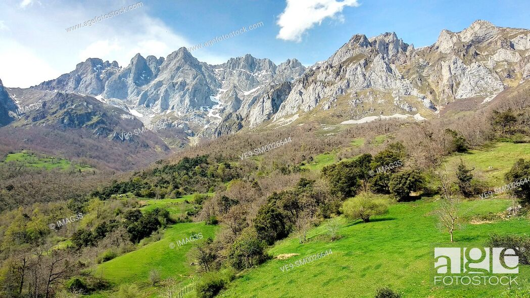 Imagen: Andara Massif seen from Mogrovejo villaje, Liébana valley, Picos de Europa National Park and Biosphere Reserve, Cantabria province, Spain.