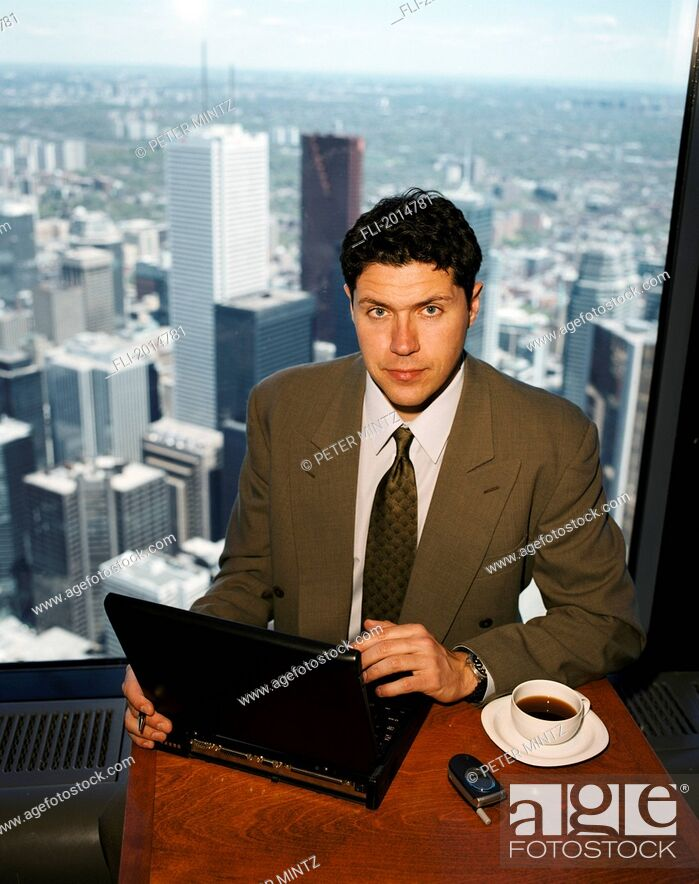 Imagen: Businessman With Laptop In Front Of Skyline, Toronto, Ontario.