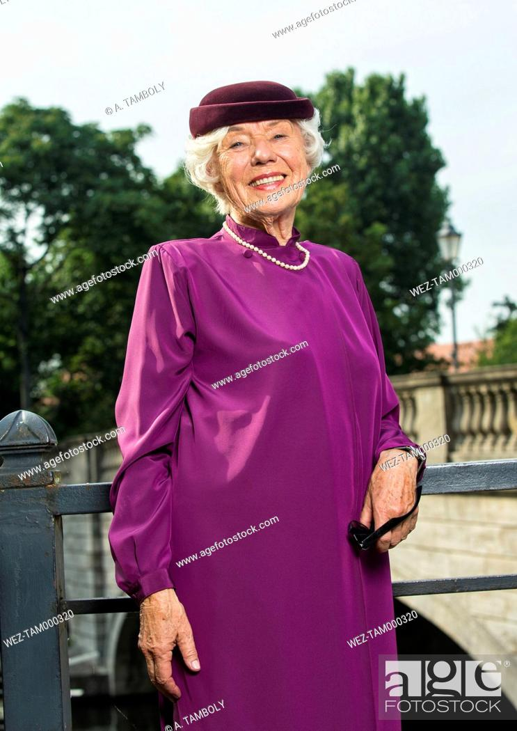 Imagen: Germany, Berlin, portrait of fashionable senior woman.