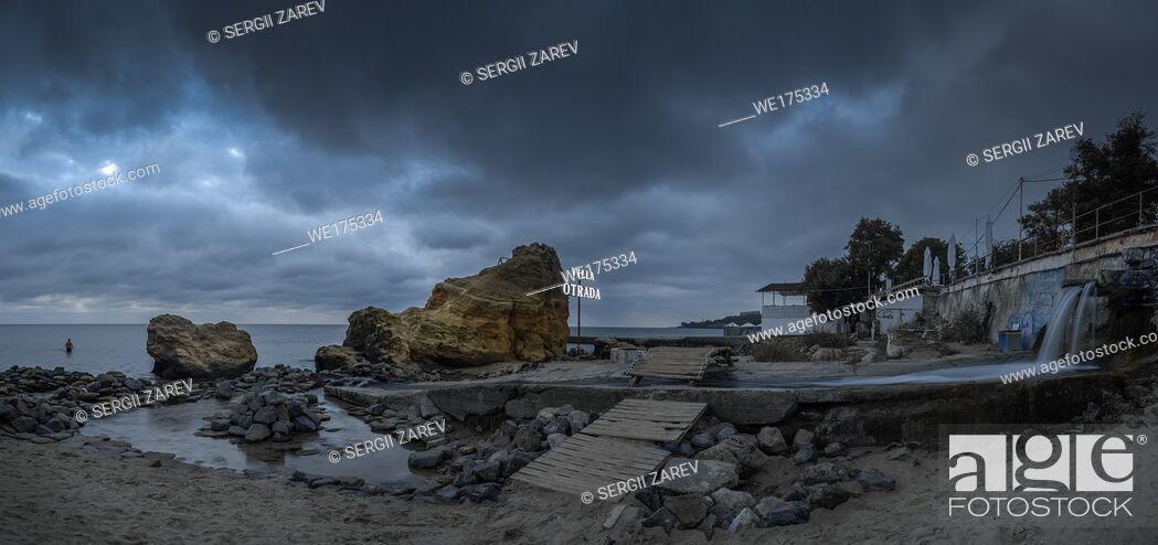 Stock Photo: Dark and gloomy clouds asperatus over the sea until dawn.