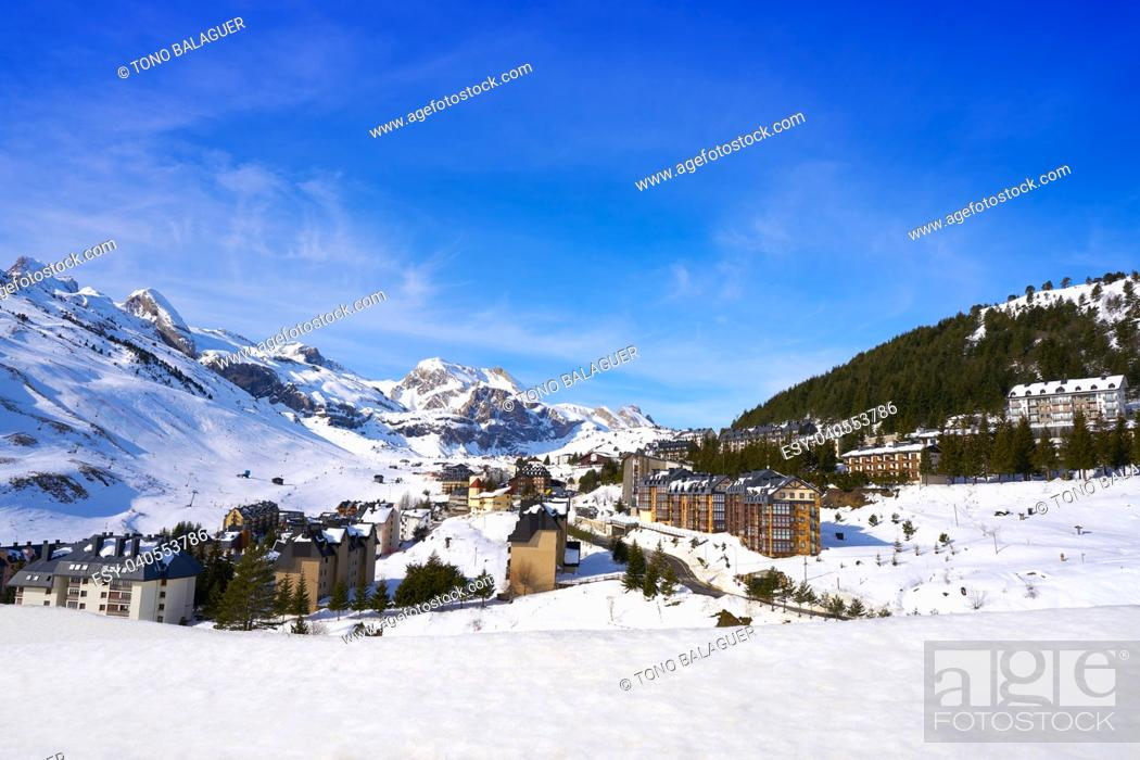Imagen: Candanchu skyline in Huesca on Pyrenees at Spain.