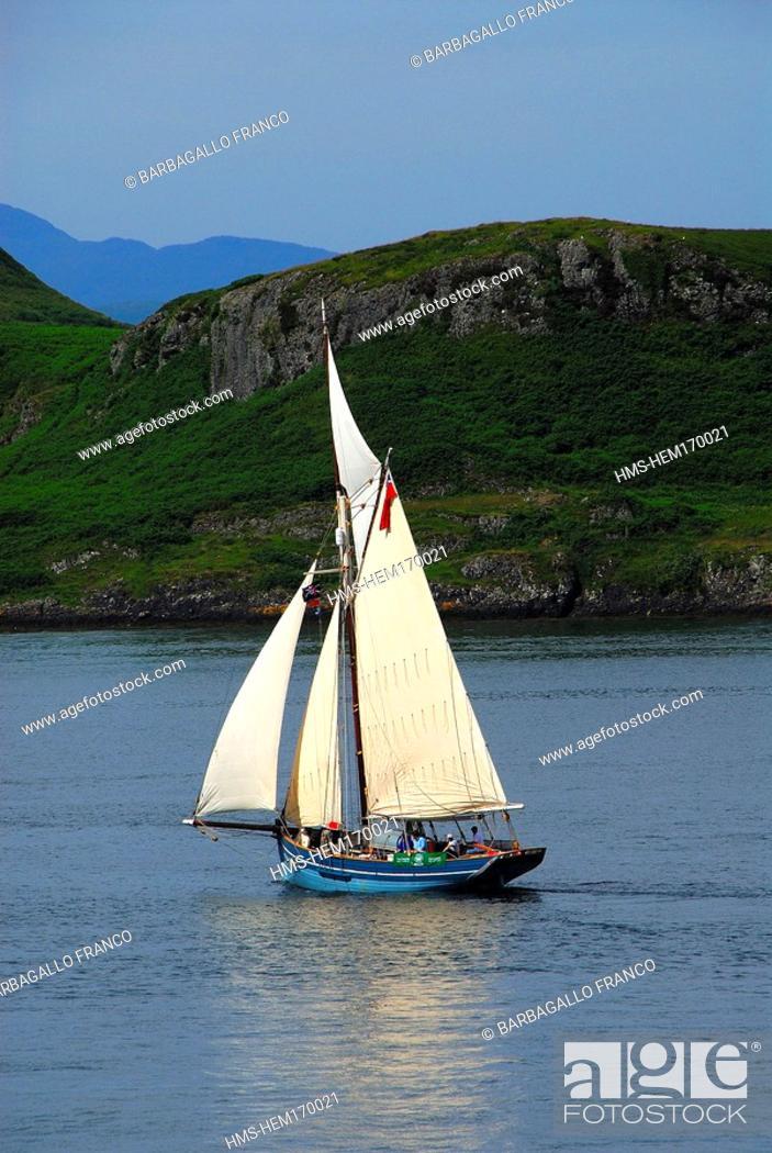 Imagen: United Kingdom, Scotland, Western Isles, Mull Island, sail boat.