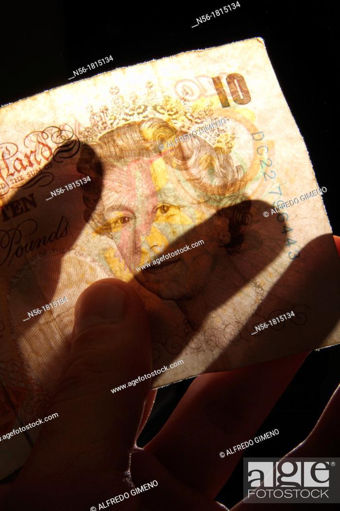 Imagen: Hand houlding ten pounds note.