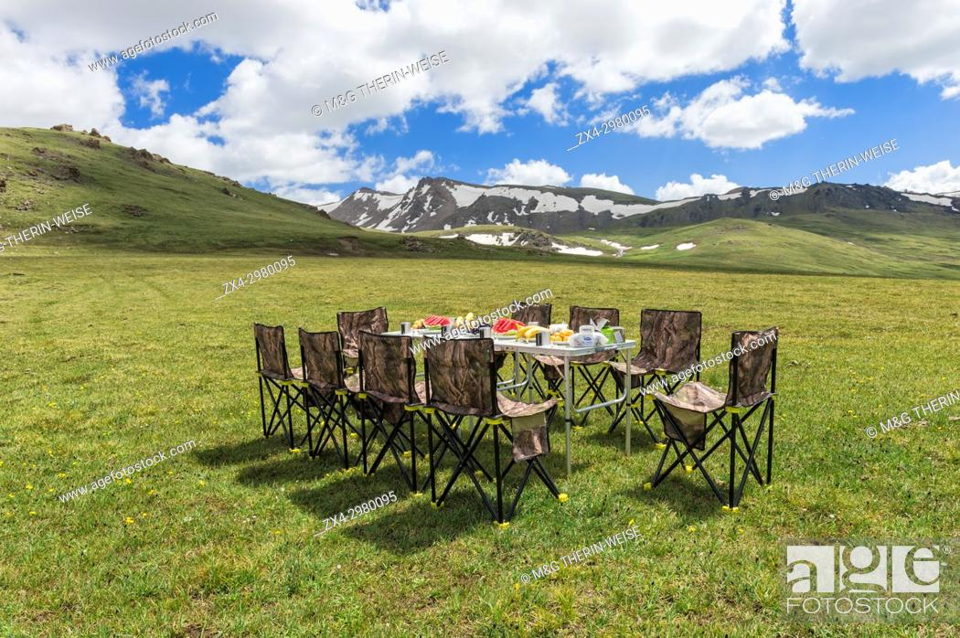 Imagen: Having picnic near the road to Song Kol Lake, Naryn province, Kyrgyzstan, Central Asia.