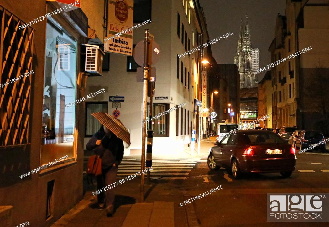 Imagen: 27 January 2021, North Rhine-Westphalia, Cologne: A woman walks through the city in the morning Chancellor Merkel and state government leaders have agreed to.