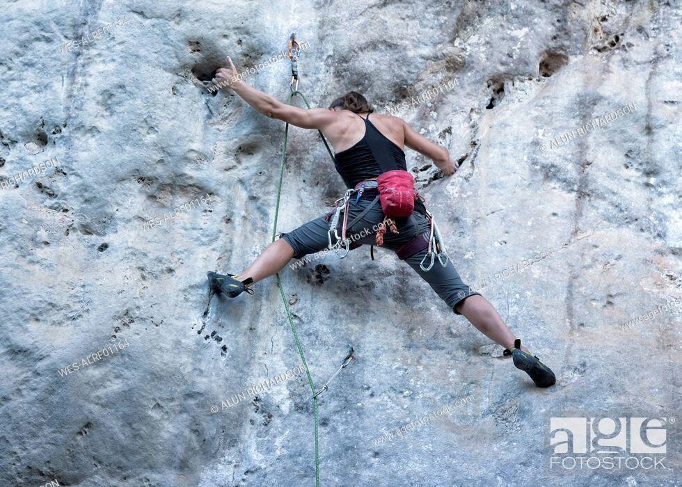 Photo de stock: Thailand, Krabi, Chong Pli, woman climbing in rock wall.