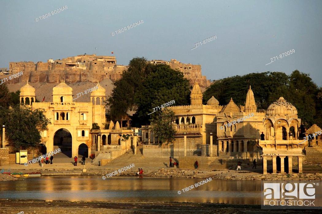 Stock Photo: India, Rajasthan, Jaisalmer, Gadi Sagar Tank, Tilon ki Pol gate, shrines.