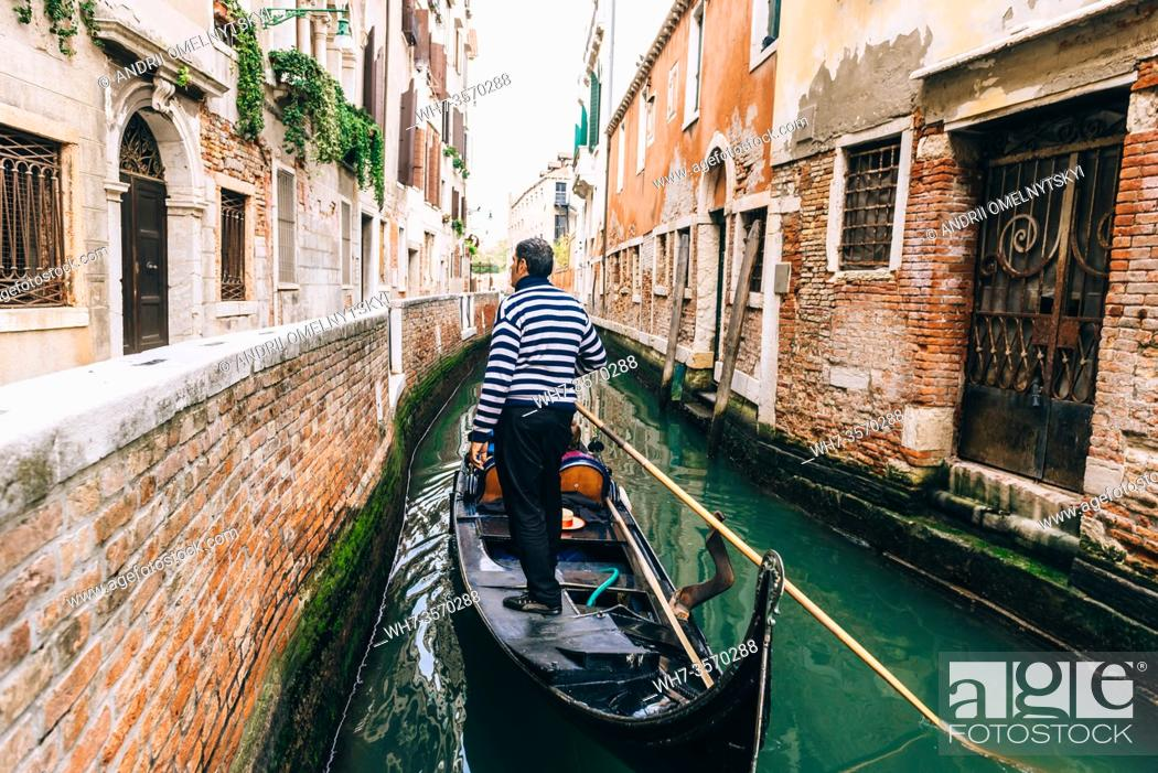 Imagen: narrow streets and canals of Venice Italy.