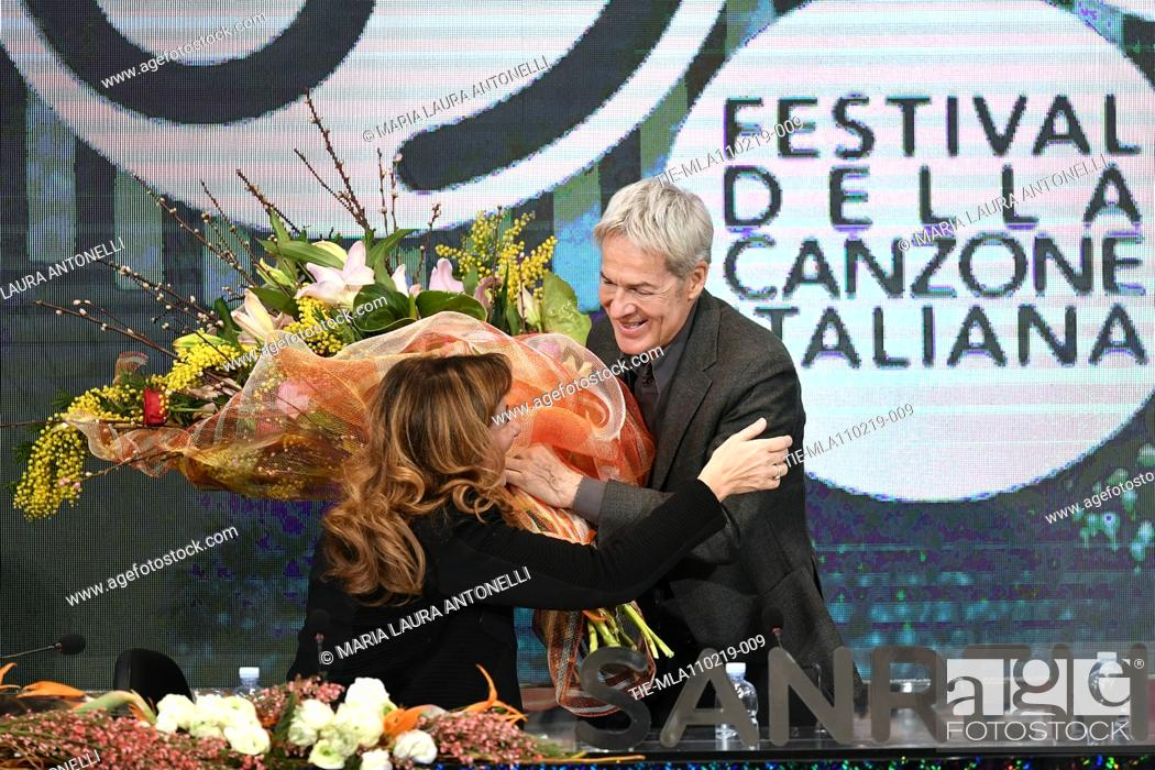Imagen: Claudio Baglioni gives to Director of Rai 1 Teresa De Santis a bouquet of flowers during the final press conference of 69th Sanremo Music Festival, Sanremo.
