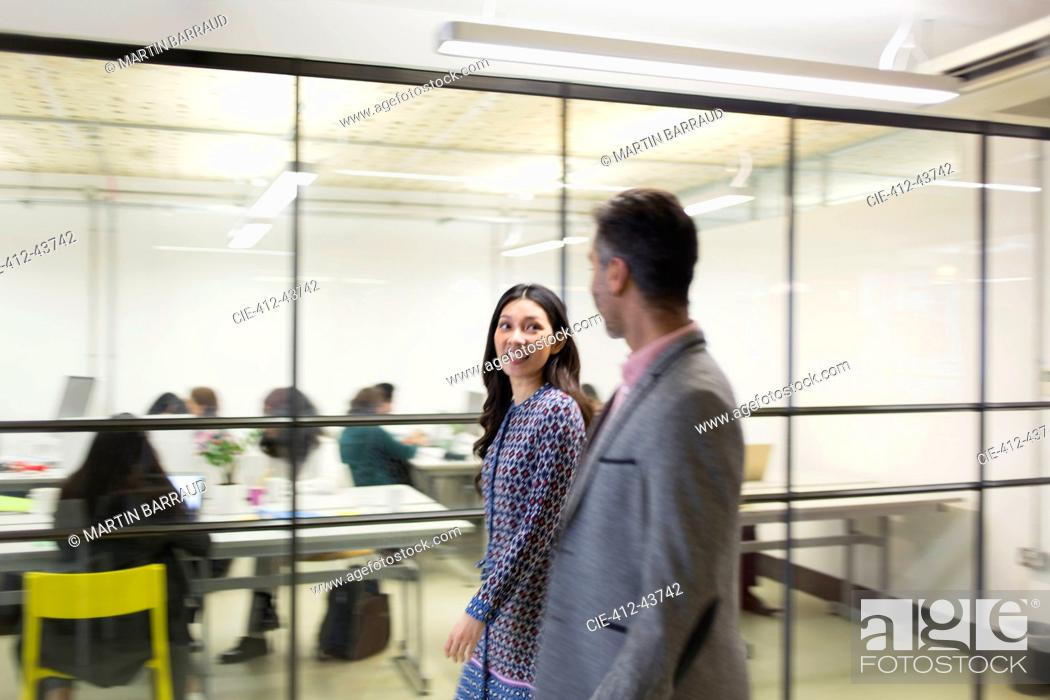 Imagen: Business people walking in office.