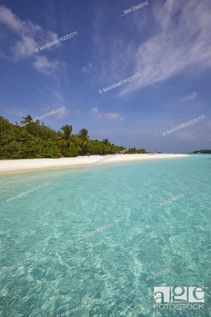 Stock Photo: The white sand of Paradise Island (Lankanfinolhu), Maldives.