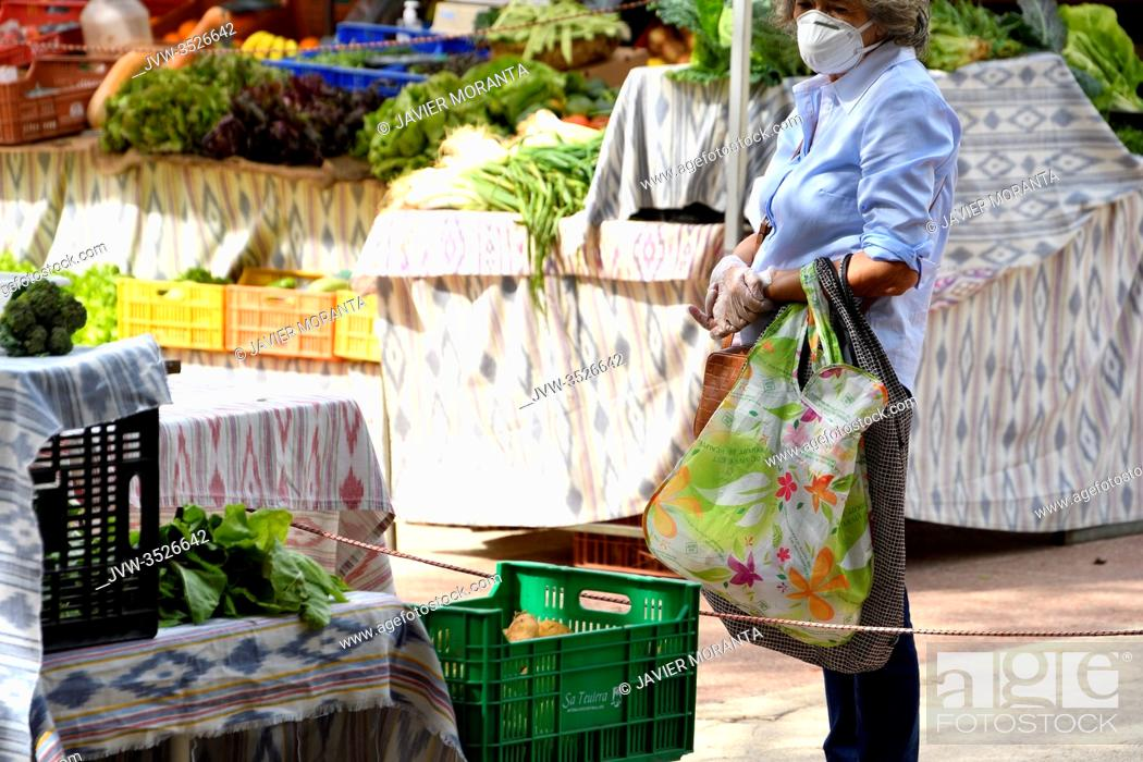 Imagen: Lady with mask and gloves queuing up at an outdoor market, Palma de Mallorca, Spain.