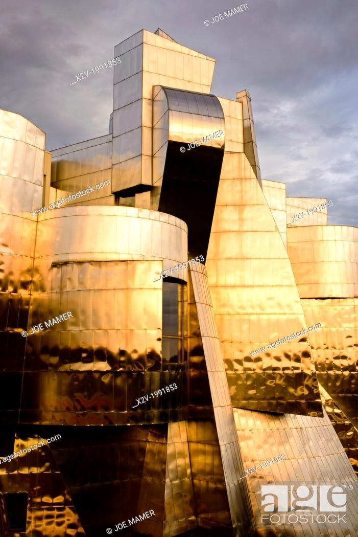 Photo de stock: Sunset on the Frederick R. Weisman Art Museum at the University of Minnesota. A stainless steel and brick building designed by architect Frank Gehry.
