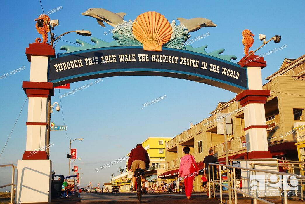 Imagen: People walk and bike their way onto the Boardwalk in Wildwood, New Jersey.