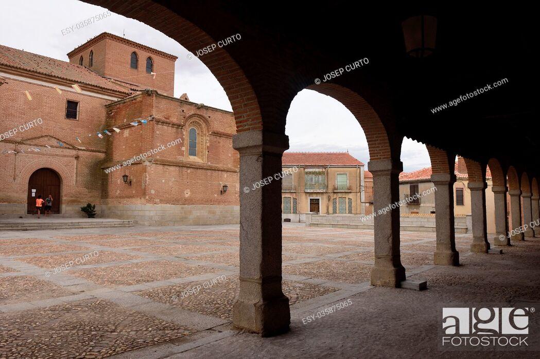 Photo de stock: Arch and church of Madrigal de las Altas Torres, Avila province, Castilla Leon, Spain.