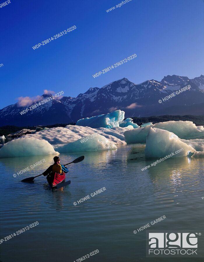 Imagen: Kayaker Jonathon in awe of icebergs on Alsek Lake, Glacier Bay National Park & Preserve, Alaska.