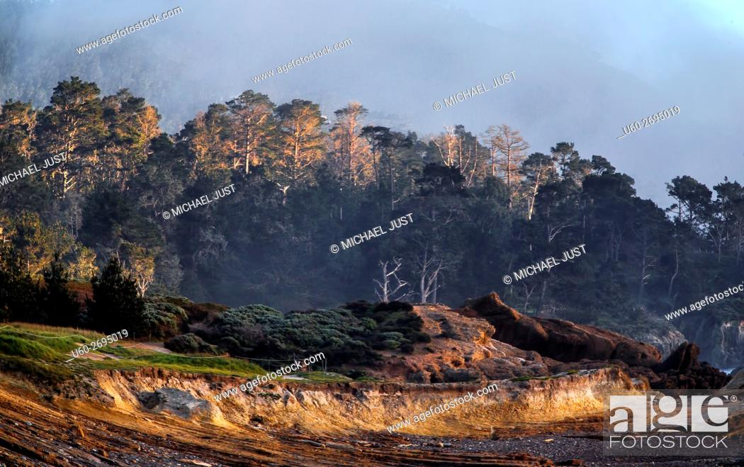 Imagen: The sun sets on the rocky landscape at Point Lobos State Natural Reserve in Carmel, California.