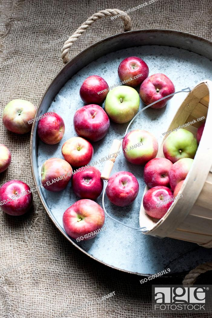 Imagen: Apples on tray, overhead view.
