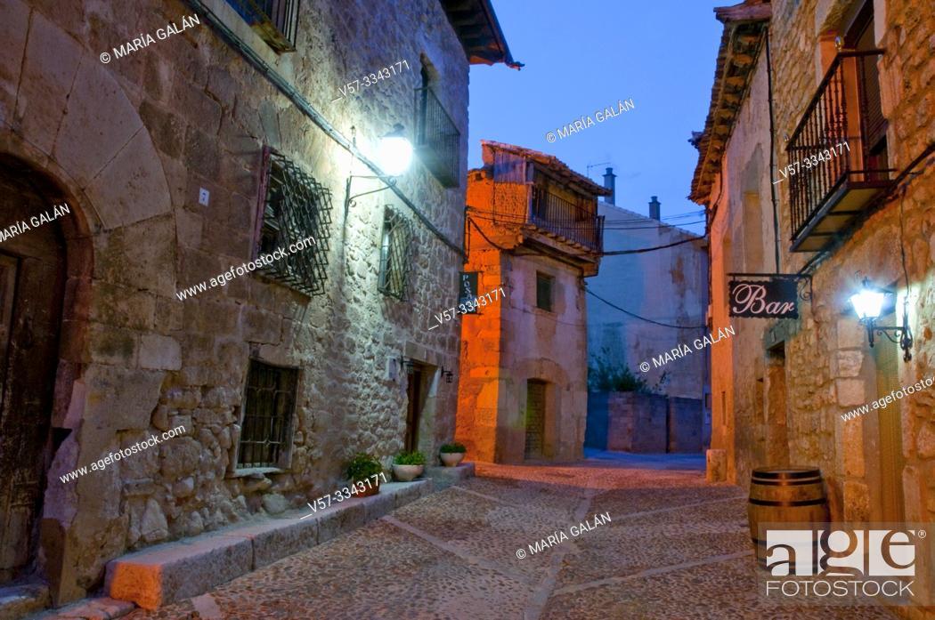 Imagen: Street, night view. Peñaranda de Duero, Burgos province, Castilla Leon, Spain.