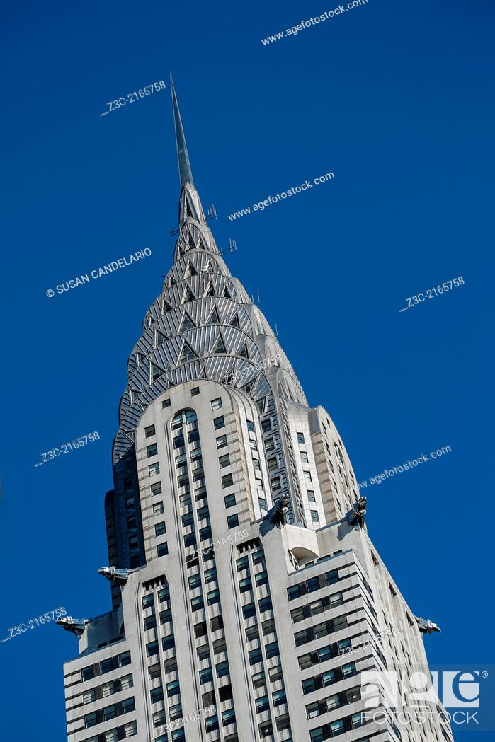 Imagen: A close view of the Art Deco style architecture of the Chrysler Building in New York City against a blue sky.