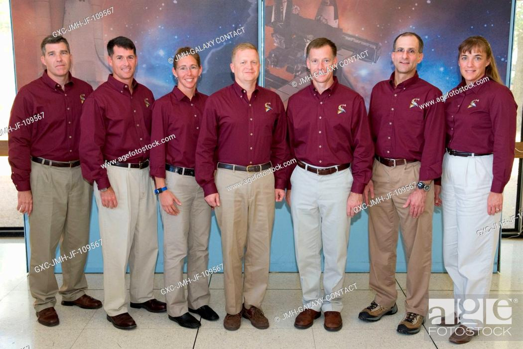 Imagen: STS-126 crewmembers pose for a portrait following a preflight press conference at NASA's Johnson Space Center. From the left are astronauts Steve Bowen.