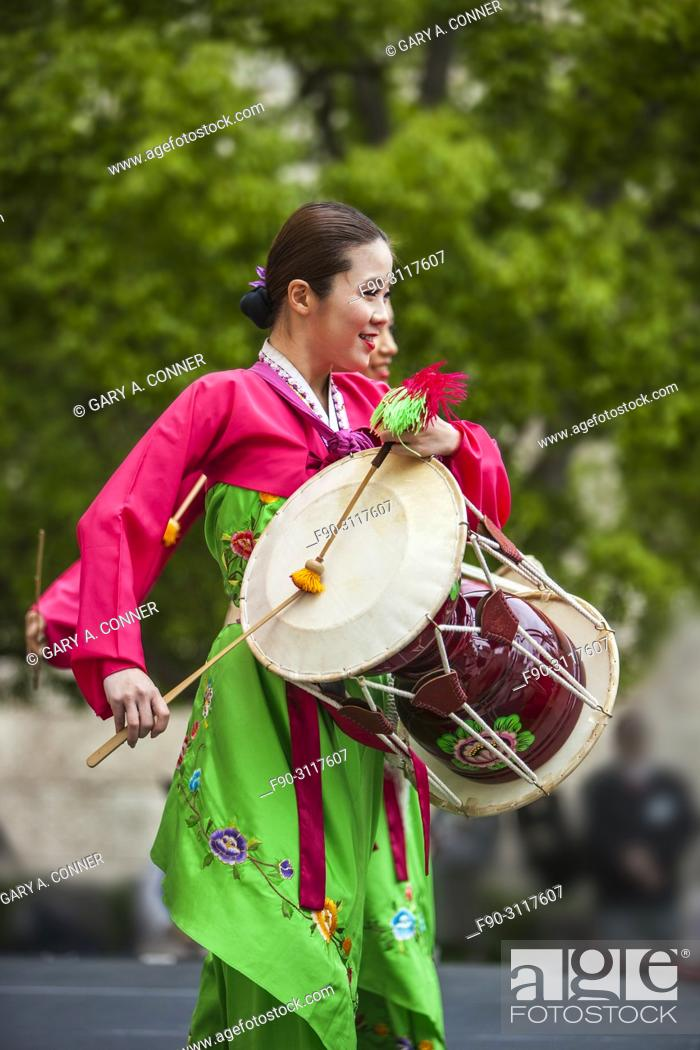 Imagen: Traditional folk dancers with drums at Korean Festival, Getty Center, Los Angeles, CA.