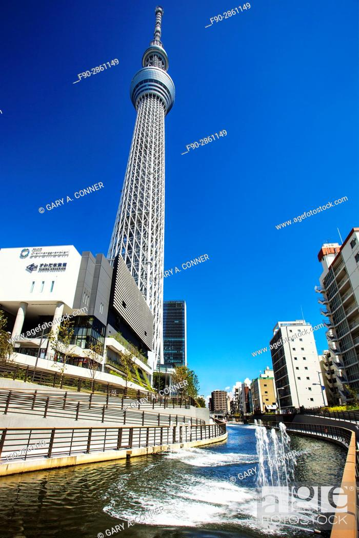 Imagen: Canal with Tokyo Skytree and Solamachi complex in Sumida, Tokyo, Japan.