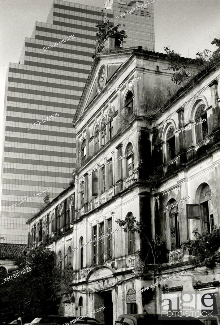 Imagen: The Old Customs House in the shadow of the CAT Customs House in Bangkok in Thailand in Southeast Asia Far East.