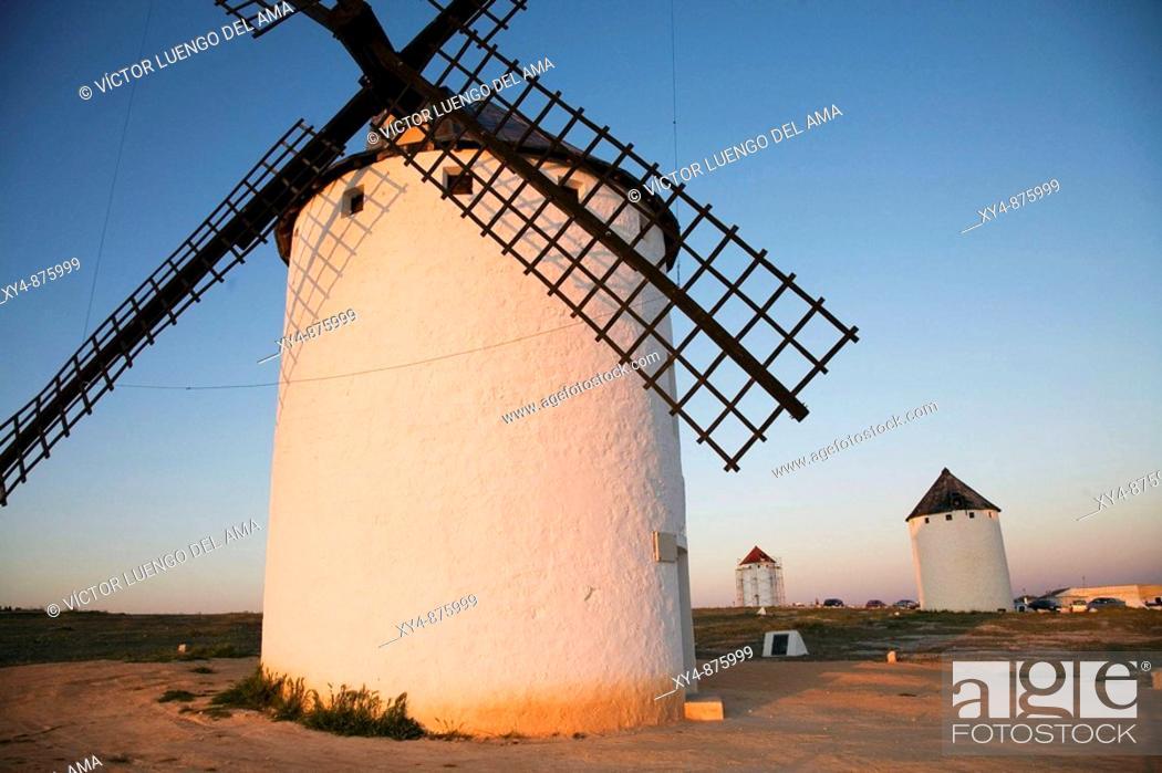 Stock Photo: Molinos de viento en el campo de Criptana, Castilla  Escenario del Quijote  Wind mills in Castilla, Spàin.