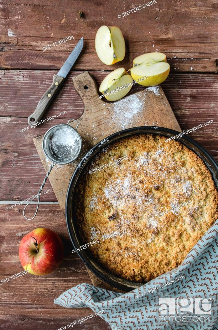 Photo de stock: Apple cake, fresh apples and icing sugar.