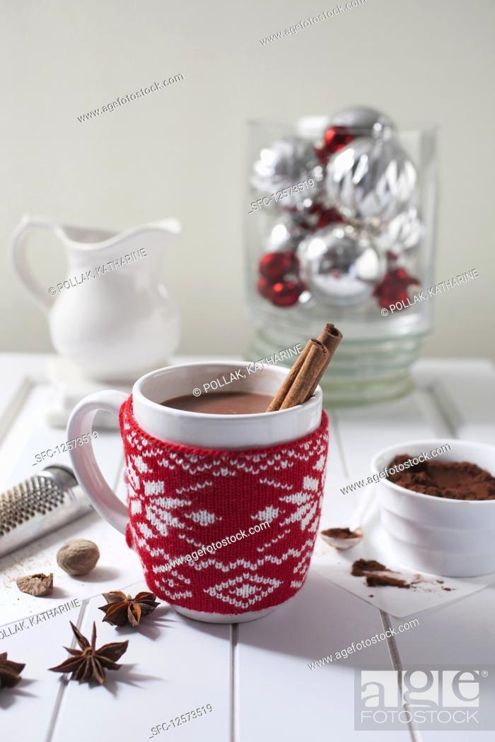 Photo de stock: Hot Cocoa with Cinnamon Sticks in Holiday Mug.