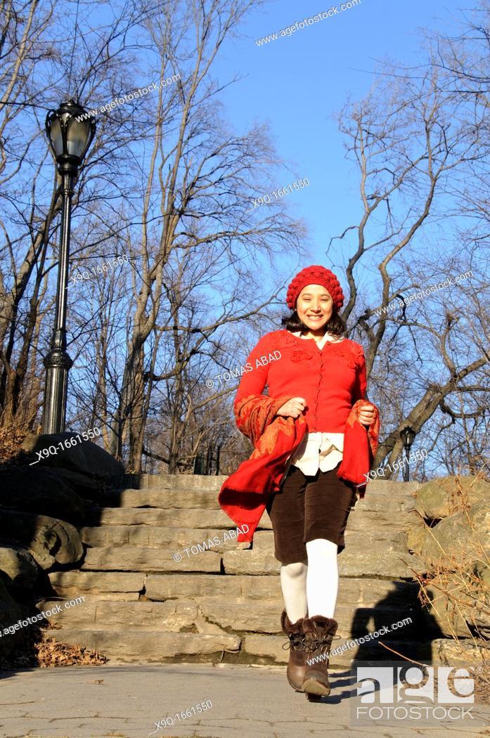 Imagen: Hispanic woman in park.